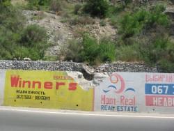 Последствия камнепада на горной дороге