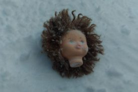оторванная голова куклы в снегу 2018-03