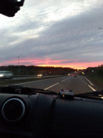 необычный закат столб света