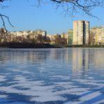 Голубой лёд возле пляжа на левобережной