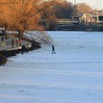 Тонкий лёд на реке Везёлка.. Парень сильно рискует.