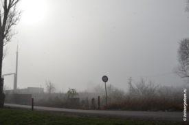 Дорожный знак в тумане около подстанции