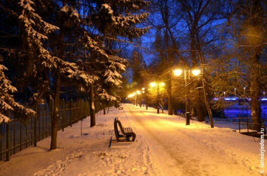 Вечер, парк ПОбеды, Белгород, снег на ёлках, следы на снегу